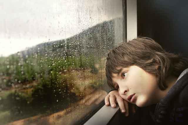 bambino guarda la pioggia